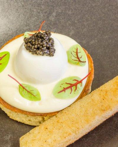 Oeuf Caviar Pomme de Terre Fumée Blinis
